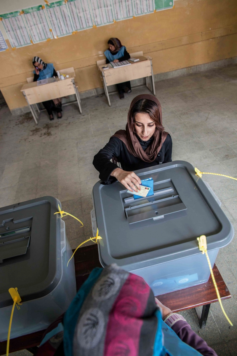Afghan woman casting his vote during the during the first round of the presidential election in Kabul the 5th of april 2014.