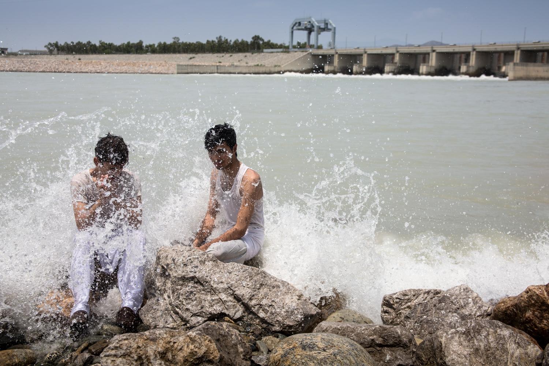 Jeunes hommes venant se rafraichir une après-midi d'été dans le fleuve Indus à Tarbala dans l'état du Khyber Pakhtunkwa