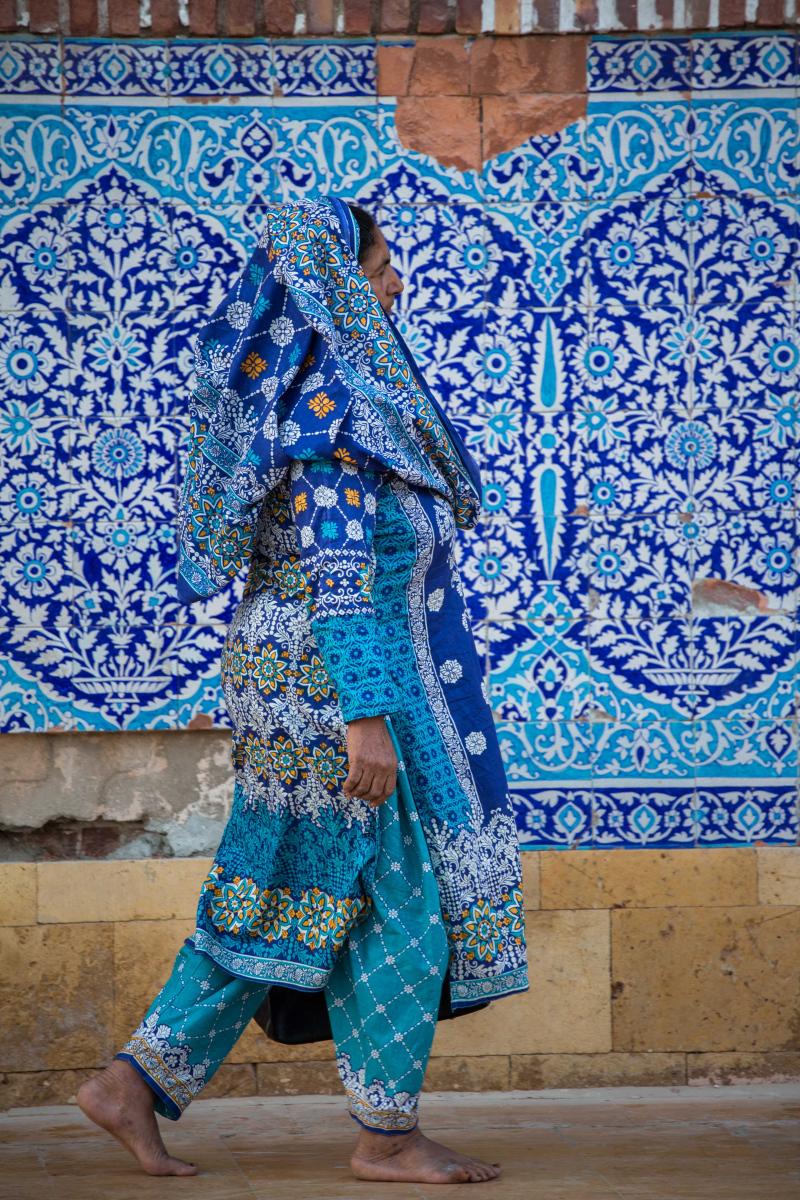 Femme traversant la cour de la mosquée de Shah Jahan construite durant l'empire moghole à Thatta dans le Sindh. Thatta est situé sur les rives du fleuve Indus