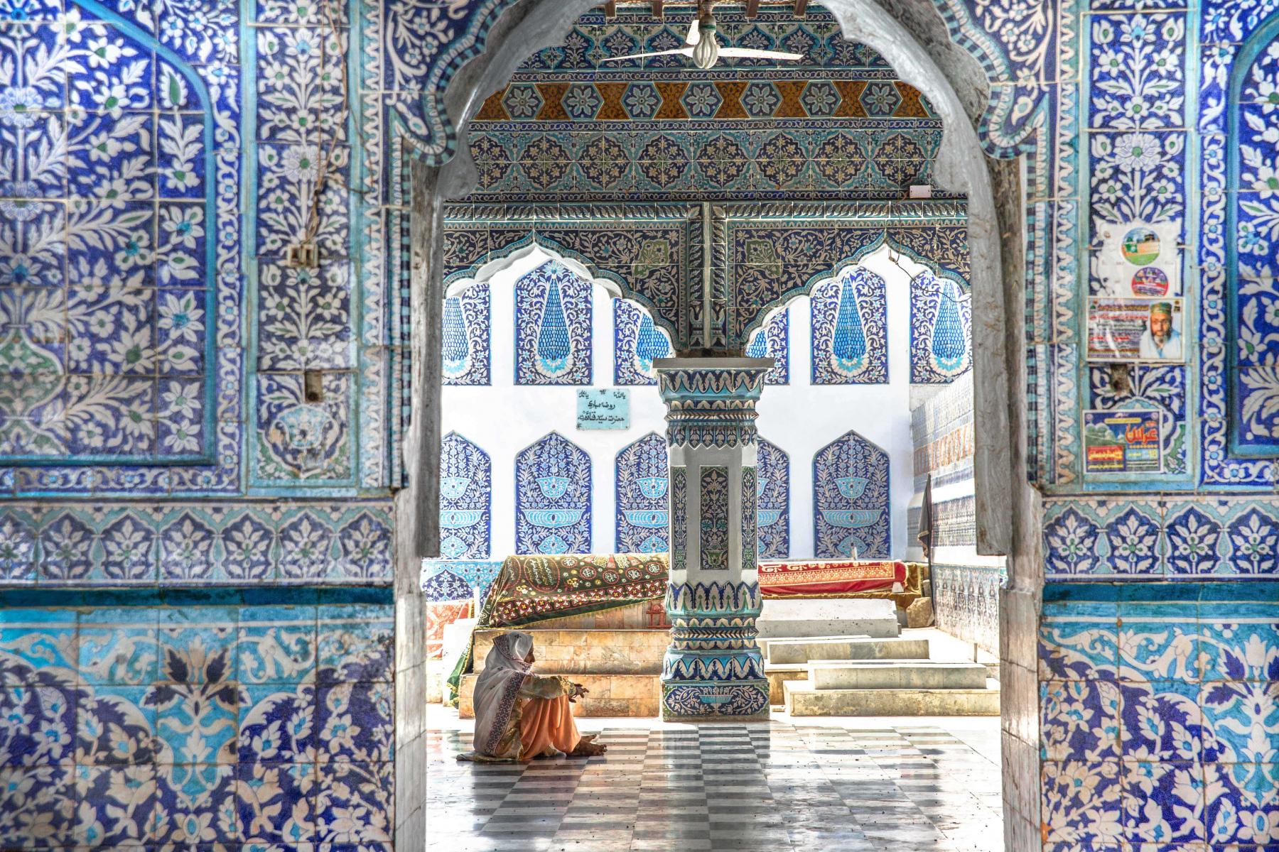 Femme assise dans l'une des cours du tombeau du fameux poète Abdul Shah Latif à Bhit Shah située à 10 kilomètres du fleuve Indus. Abadul Shah Latif a composé de nombreux poèmes qui rendent hommage au fleuve, inspirés de légendes populaires